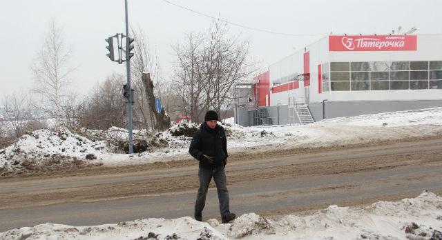 Олег Авакиян пока вынужден перебегать скоростной участок дороги по улице Ленина. «Если честно, я и не заметил, что тут светофор появился, — смеется он. — Конечно, здорово будет, когда он заработает. Я работаю в той стороне, поэтому бегаю тут часто».
