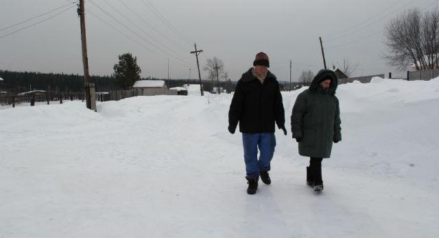 Тамара Афанасьевна и Петр Акимович - соседи, продукты им привозят дети, ведь из-за снега пенсионерам трудно выбраться из Хомутовки