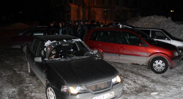 Они собираются по ночам в выходные, чтобы жечь бензин до утра, выполняя задания-головоломки, которые придумали для них организаторы. Стрит-челлендж — эта забава уже год существует в нашем городе.