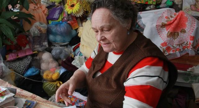 76-летняя Юлия Берняева уже отдала 40 000 рублей за препараты, дарующие здоровье. А в банке, по словам мошенников, ее ждет кругленькая сумма в 480 тысяч — надо только заплатить госпошлину в 15 000 рублей.
