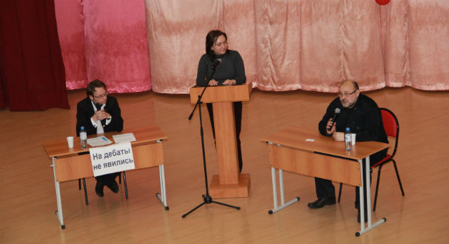 """Так как спикер Николай Козлов и другие сторонники введения поста сити-менеджера на дебаты не явились, их позицию защищал """"адвокат"""" Алексей Николаев."""