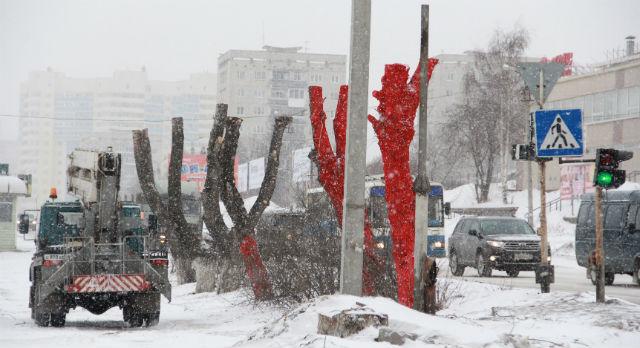 Юрий Попов говорит, что  красные тополя будут символизировать человеческую глупость.