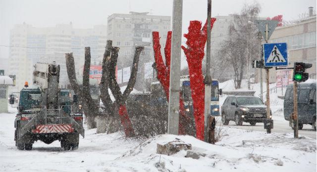 Перед приездом Владислава Суркова в красный цвет были выкрашены два кронированных тополя. По некоторой информации, это перестарались новотрубники.