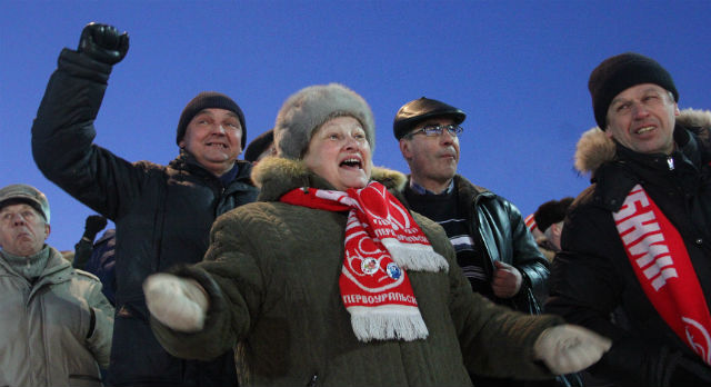 Галина Шаримардинова уже 14 лет поддерживает «Уральский трубник». В жизни она обычная женщина, а на трибуне — активная болельщица. Эмоции от гола или несправедливости судей скрывать она не привыкла.