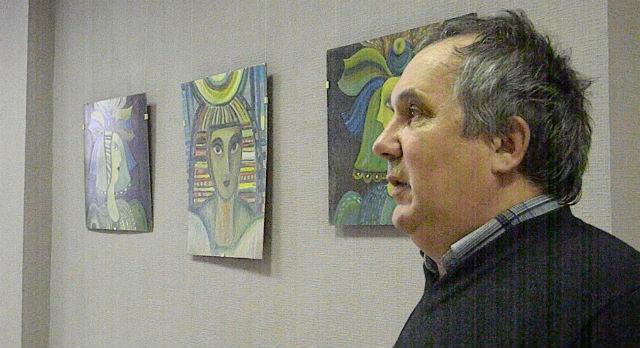 Петр Клименко - левша, поэтому многие портреты смотрят справа на лево. Картины, в основном, поплечные, поясных мало.