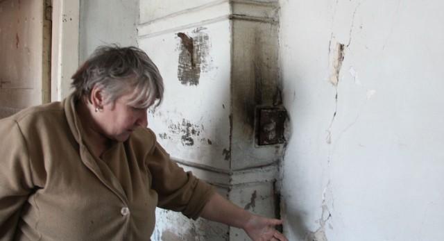 Стены в заброшенной комнате жилого барака пошли трещинами, а в полу — дыры. Жители всерьез опасаются, что угол их дома рано или поздно обрушится