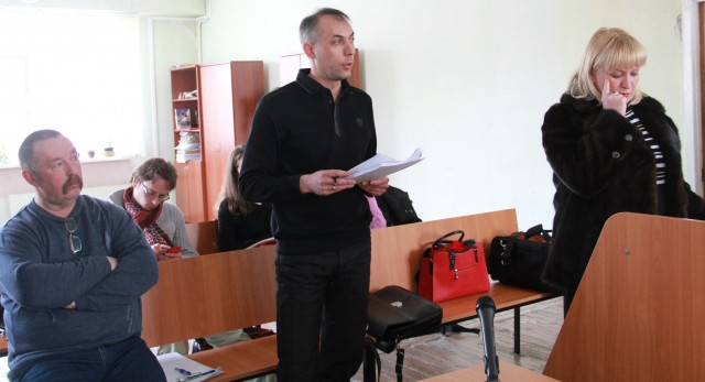 Владимир Терехов и его адвокат Дмитрий Горожанкин напирают на то, что в зале публичных слушаний было гораздо больше посадочных мест, чем проголосовало народу, доводы представителя думы показались суду убедительнее. Это уже второй иск такого плана за последние полтора месяца.