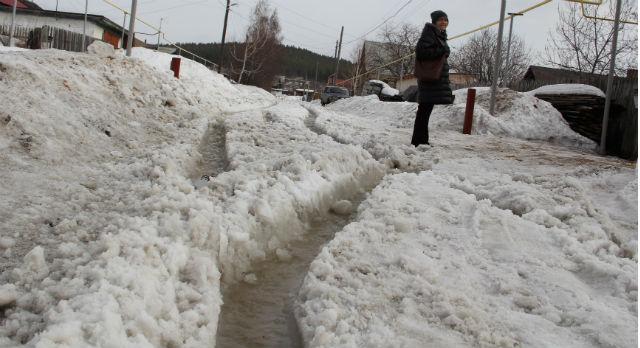 Из-за растаявшего снега на дорогах Трудпоселка появилась колея, заполненная водой, которую трудно преодолеть как пешком, так и на машине.