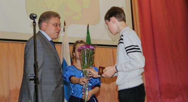 """Торжественное вручение паспортов прошло со словами: """"Вы - будущее Первоуральска, так делайте добро людям"""""""