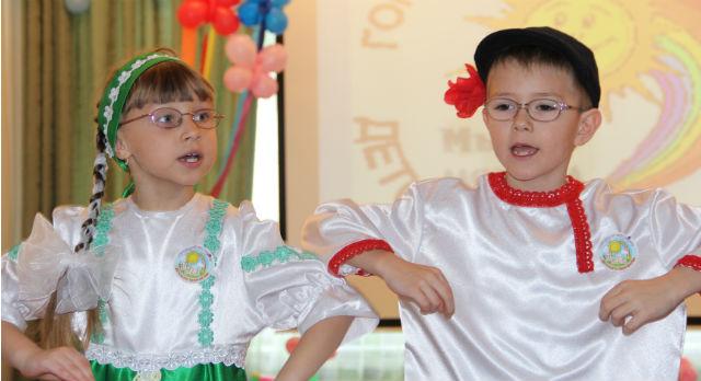 "Саша Плаксина и Никита Танков вместе с другими ребятами исполнили танец ""Ручеек - журчалочка"""