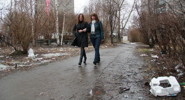 Картина мусорных дорог и газонов наблюдается в городе повсюду. Исправить ситуацию предстоит за неделю с небольшим.