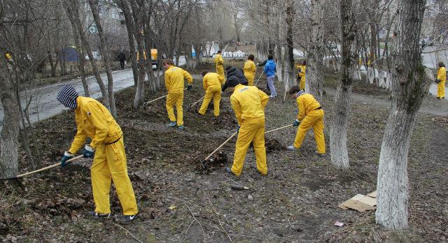 Учащиеся ПМК вышли на тропу войны с мусором на проспекте Космонавтов.