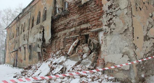 Задний фасад бани на Папанинцев уже давно покрылся трещинами, штукатурка вспучилась. Но полагались на счастливый случай