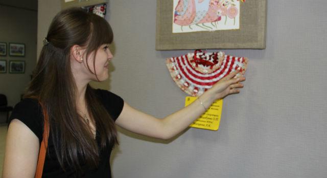 Марина Шевченко показывает декоративные веера собственного изготовления.