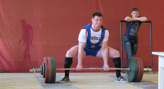 Антон Петухов выполняет становую тягу с весом 240 килограммов