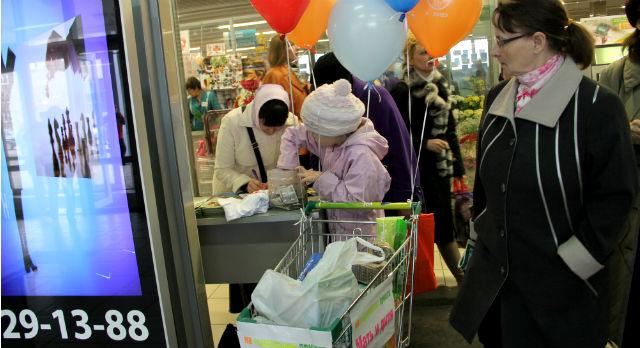 """В """"Марсе"""" покупатели активно и по-доброму проявляли интерес к волонтерам центра, помогая  не только денежно, но и продуктами."""