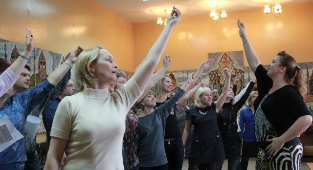 Хормейстер Наталья Новодворская заставляет своих подопечных медиков  тянуть каждую ноту.