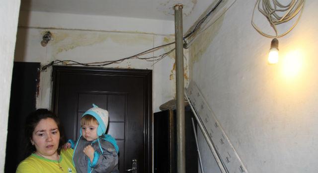 Жители опасаются, что скоро из-за потопа у них встанет лифт — вода сочится прямо по проводке.