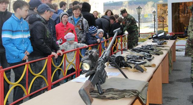 """Выставка оружия прошла возле проходной завода """"Динур"""""""
