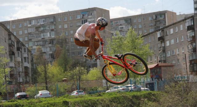 Сергей Антонов купил велосипед и сначала долго не решался заехать на площадку с трамплинами. Сейчас он проводит на ней дни напролет, а на фестивале «Pervouralsk Open 2013» он стал лучшим в дисциплине MTB Dirt