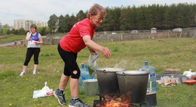 Пока бегуны покоряли Известную и Мокрую, активисты готовили для них походный суп — с картошечкой, фасолью и тушенкой. Ничего особенного, но спортсмены потом уплетали его с большим удовольствием — Мы бы и сами побежали, — помешивая суп в ведре, говорит Людмила Ивановна, представляющая на фестивале первоуральский клуб любителей бега «Голубь мира», — но ведь варить тоже кому-то надо.