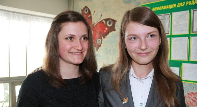 Две подружки — Юлия Порываева и Анастасия Карпец — получили знак за интеллектуальные заслуги.