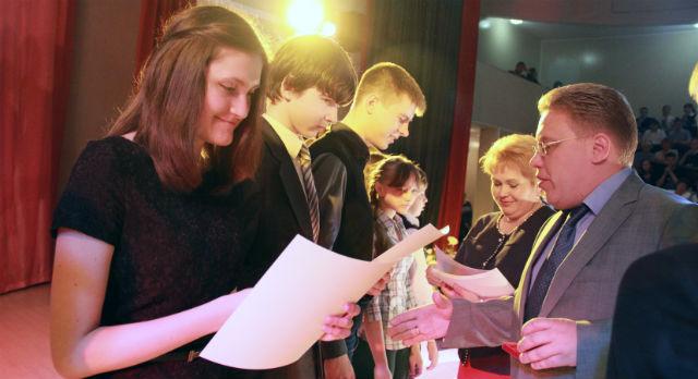 Юрий Переверзев поздравил детей и пожелал не останавливаться на достигнутом.