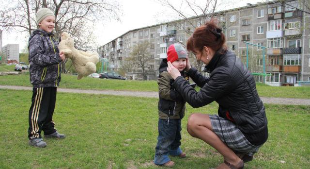 Новость о том, что старший сын должен покинуть садик 15 июня, расстроила Ирину Калякину. Пока она в замешательстве - с кем оставить мальчика еще 1,5 месяца.