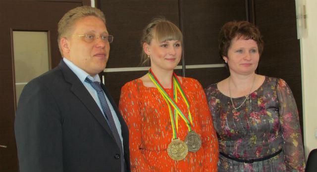 Во вторник Юрий Переверзев вручил благодарственное письмо Кристине Фоминой и ее маме.