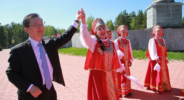 Под русские народные частушки корейская делегация отправилась пробовать русскую народную горькую