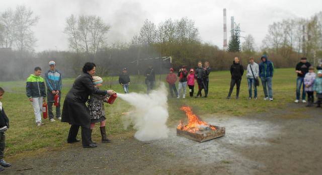 Учителя и ребята отрабатывали практические навыки по тушению условного очага пожара с помощью углекислотных и порошковых огнетушителей.