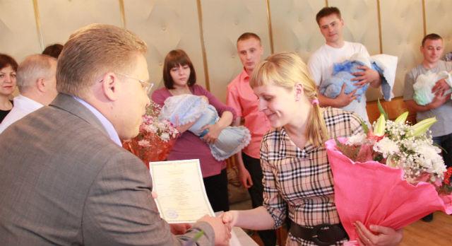 Юрий Переверзев вручил молодым мамам свидетельства о рождении детей