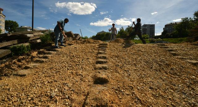 Сняв ступени, рабочие обнаружили там пустоты. Вычистив мусор, они засыпали их щебнем. И только после этого приступили к восстановлению лестничных маршей.