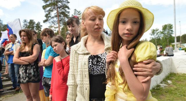 Катя Ямщикова повела маму первым делом на концертную площадку. На сцене должна выступить и она.