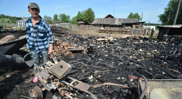 Юрий Климов растерянно обходит пепелище. Из-за чего произошел пожар — он до сих пор не понимает.
