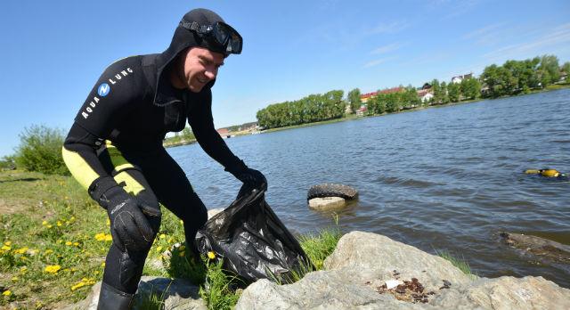 Собирали мусор не только со дна, но и вдоль берега.