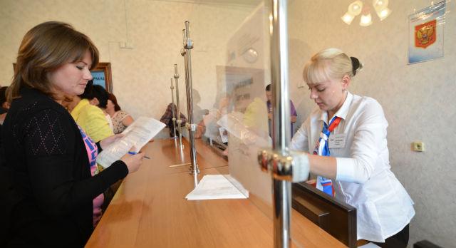"""Пять окон МФЦ начали работу в Первоуральске с начала июня. Здесь горожане могут заказать большую часть муниципальных и государственных услуг без лишних нервотрепок и очередей. Работает МФЦ по принципу """"одного окна""""."""