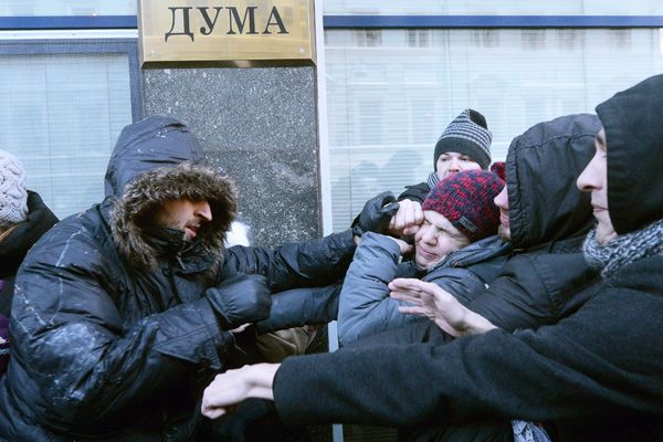 В январе 2013 около десятка представителей сексуальных меньшинств собрались возле Госдумы — в знак протеста против принятия закона о пропаганде гомосексуализма. Фото — Илья Питалев, РИА-Новости
