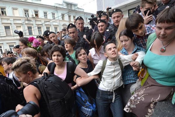 """Флешмоб """"День поцелуев"""" под стенами Госдумы закончился сегодня избиением как гей-активистов, так и гомофобов. Порядка 30 человек участвовали в акции. Фото РИА-Новости"""