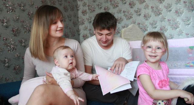 Анна и Игорь Петецких планируют с помощью средств материнского капитала купить вместо «двушки» трехкомнатную квартиру. Или оставить деньги на оплату обучения дочек в школе.