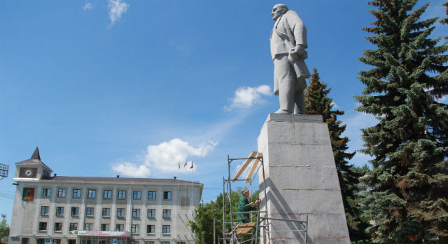 Постамент памятника будет очищен от старой краски и покрашен.