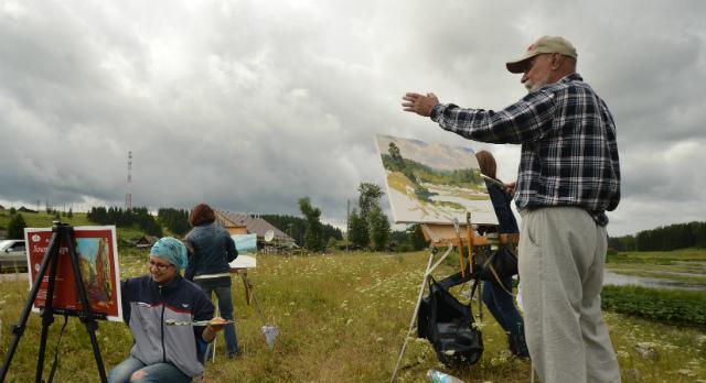 """Петр Кривенко планирует рисовать по три картины в день. Все они останутся у организаторов. """"Мое дело рисовать, их — продавать"""", — говорит художник."""