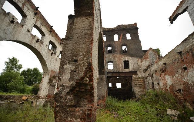 Экскурсия по поселку. Почти вся история Староуткинска связана с этим заводом. Сегодня это — руины некогда мощного металлургического производства, огороженные дощатым забором.