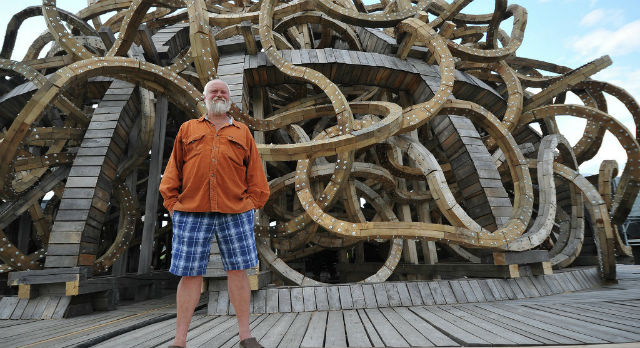 Николай Полисский с одним из своих арт-объектов. Фото с сайта www.archipeople.ru