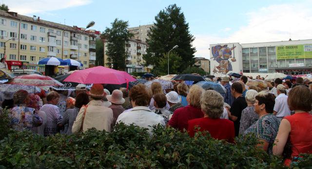 В середине митинга начался дождь. Человек 50 покинули площадь, остальные вооружились зонтами, дождевиками и пакетами