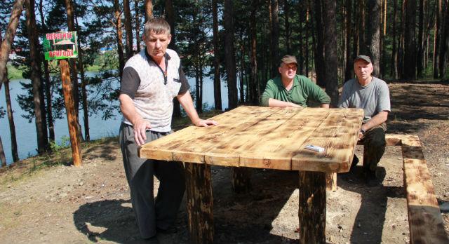 Стол, скамейка и костровище оборудованы лесниками для отдыха горожан.