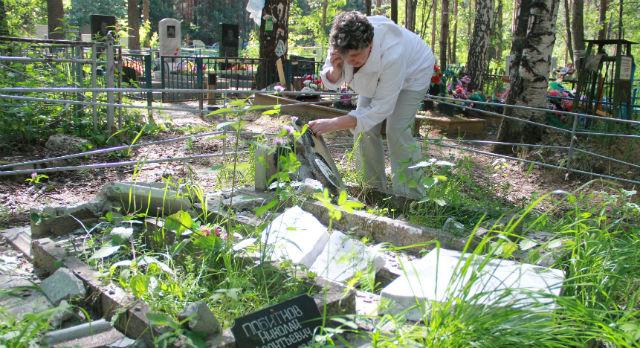 Ираида Пинчук не смогла сдержать слез, увидев могилки своего деда и дяди.