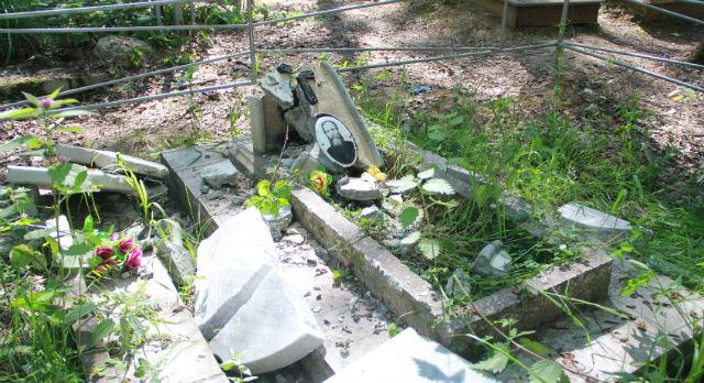 Крушили могилы неизвестные явно не руками. Сил не жалели.