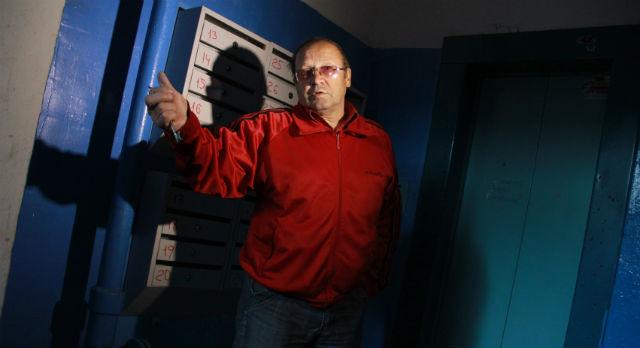 """Валерий Макушкин считает, что это несправедливо — ходить несколько раз в день на восьмой этаж пешком, когда за лифт уплачены деньги. """"Тогда на руках носите, раз сделать по уму не можете и компромисс искать тоже не намерены!"""" — говорит мужчина."""