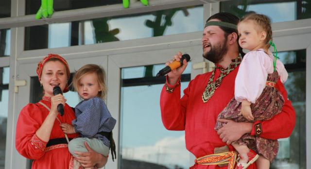 Полина и Александр Костяных исполнили традиционный фольклор.